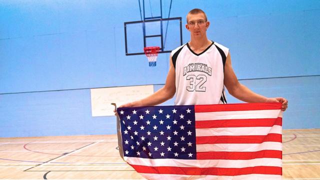 Beside Sport - Le plus grand joueur de basket au monde mesure 2m34 -
