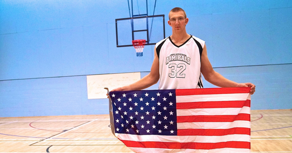 Le plus grand joueur de basket au monde mesure 2m34