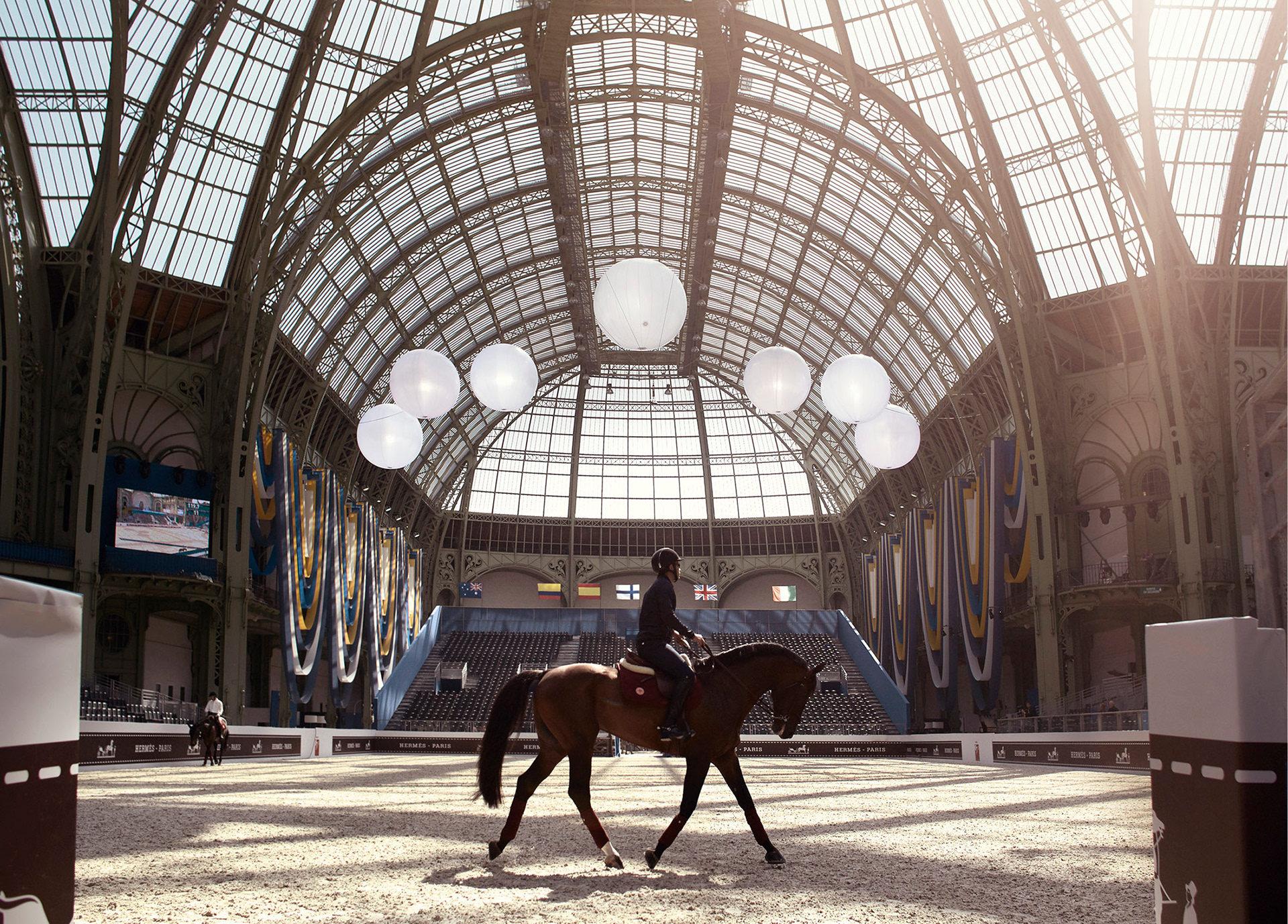 Beside Sport - Les marques de luxe et l'équitation: un duo qui va au triple galop - Endroit magnifique que la verrière du Grand Palais -