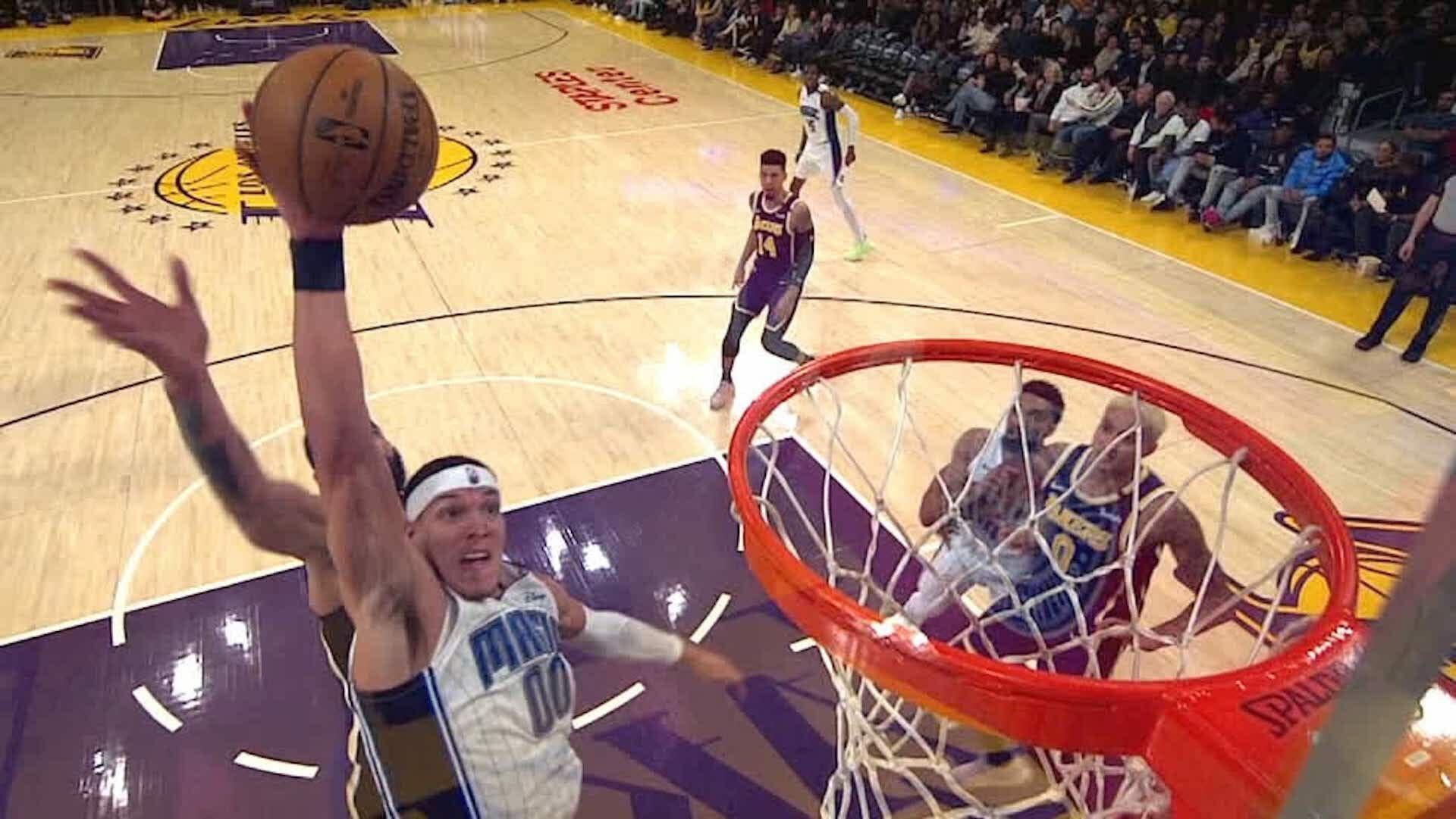 Beside Sport - Ces joueurs NBA qui ont dunké avec l'aide de la planche -