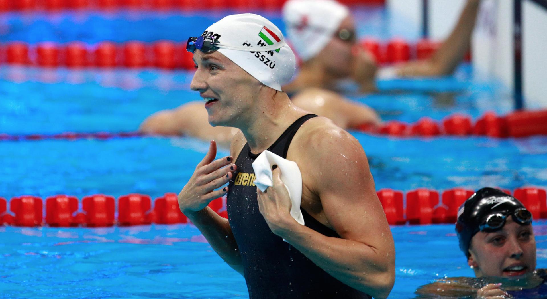 Pourquoi certains nageurs portent 2 bonnets de bain?