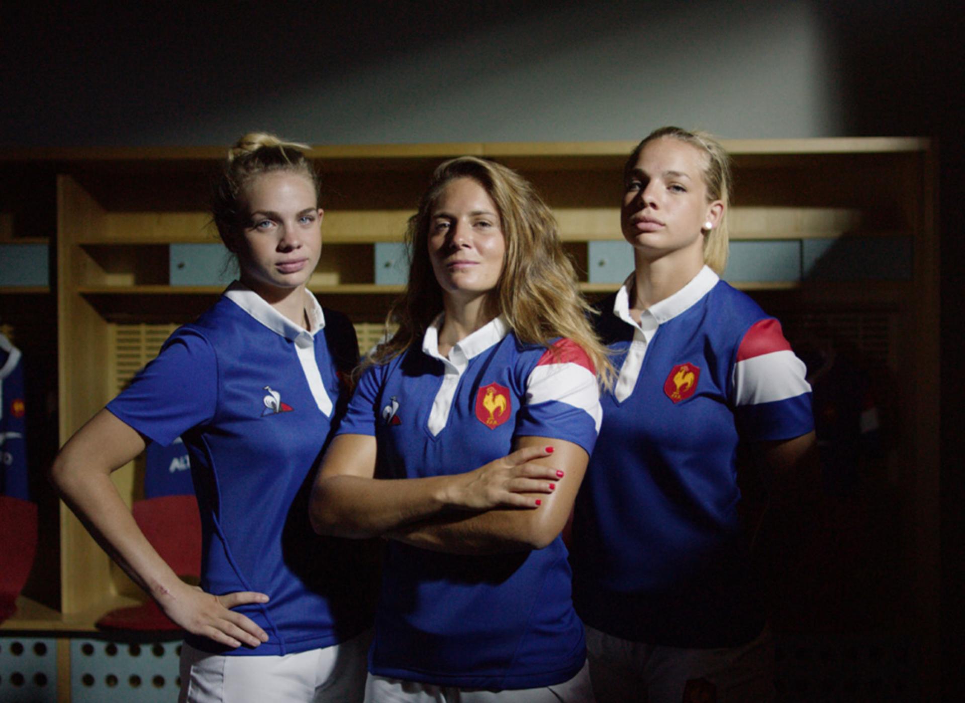 Beside Sport - «Sportive is a Lifestyle» par Marjorie Mayans - Marjorie est au centre avec le nouveau maillot de l'équipe de France signé Le Coq Sportif  -