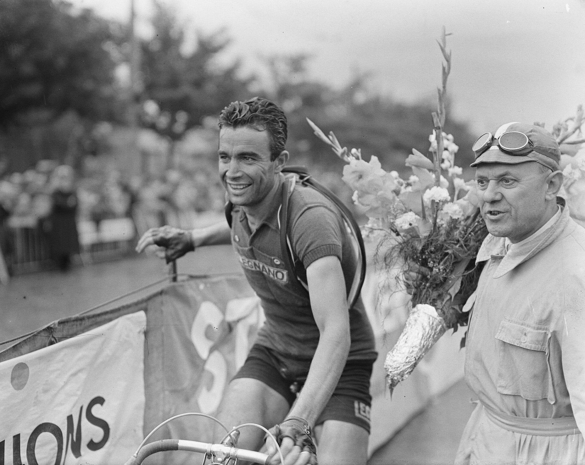 Le Tour de France et ses rites quotidiens depuis plus de 100 ans.