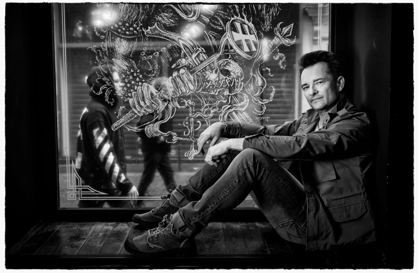 Beside Sport - David Hallyday, la sensibilité à l'état brut - Veste: REDSKINS – T-Shirt: EASY WEAR – Jean: REDSKINS – Chaussures: PALLADIUM – Bijoux: MAD LORDS ©Nikos Aliagas -