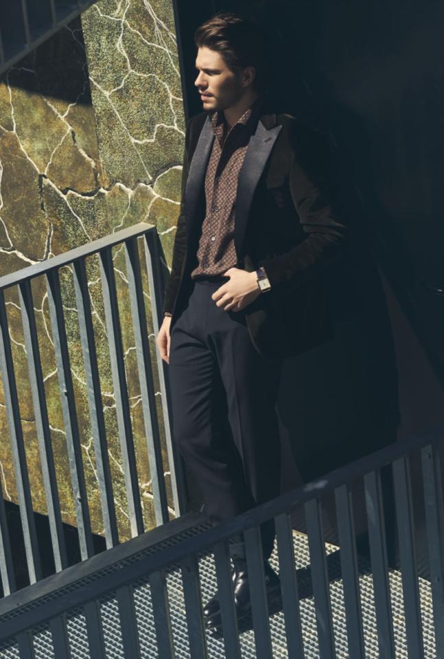 Beside Sport - François Civil, entre quête de diversité et rêves secrets - Veste smoking en velours kaki, chemise en coton imprimé et pantalon en laine: Corneliani – boots en cuir: In Corio – montre: Carl Edmond -