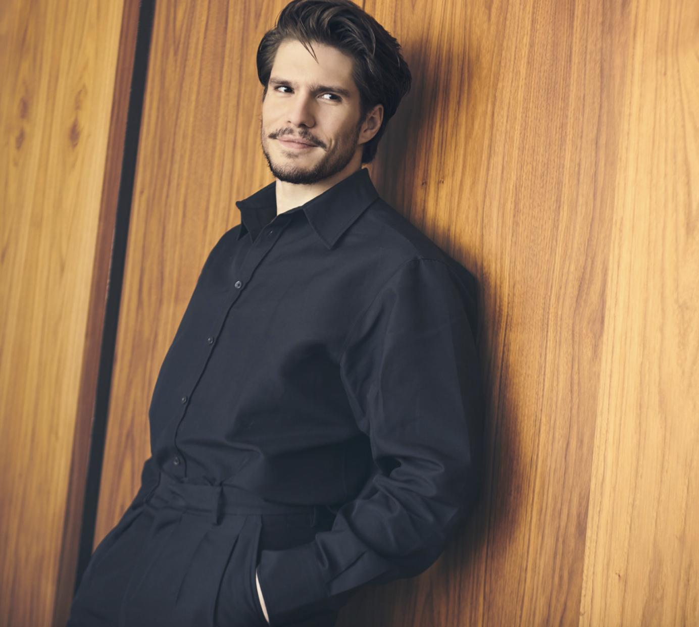 Beside Sport - François Civil, entre quête de diversité et rêves secrets - Costume en laine et chemise en Coton: Valentino – boots: In Cor -